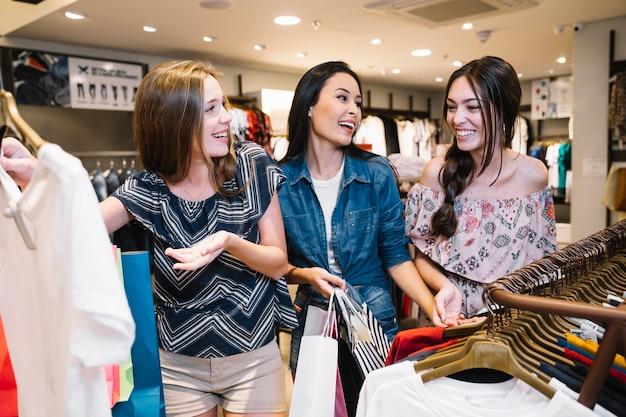 Meninas bonitas passando o tempo no shopping