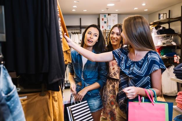 Meninas bonitas que gostam de fazer compras