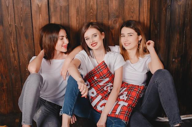 Meninas bonitos oin um estúdio