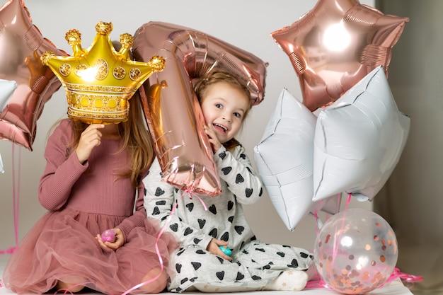 Meninas brincam com balões