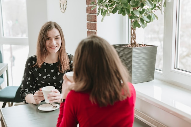 Meninas, café tomando, em, um, restaurante