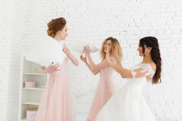 Meninas celebram uma festa de despedida de solteira da noiva.