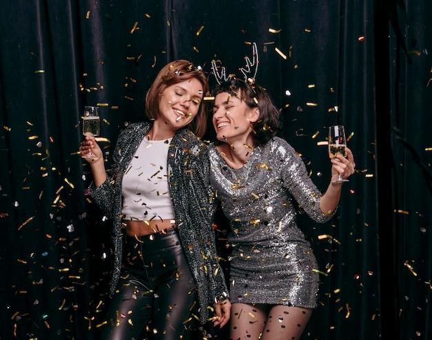 Meninas celebrando a véspera de ano novo juntas