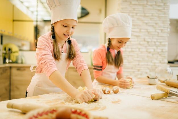 Meninas chefs amassam a massa