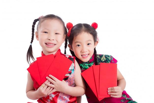 Meninas chinesas no vestido tradicional de cor vermelha