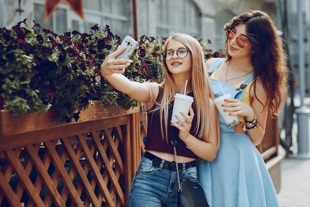 Meninas com café