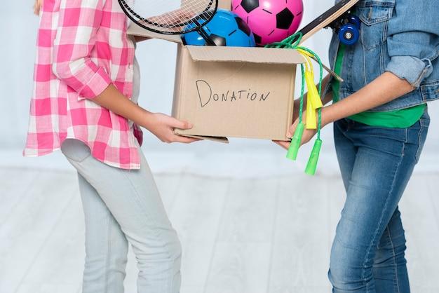 Meninas com caixa de doação