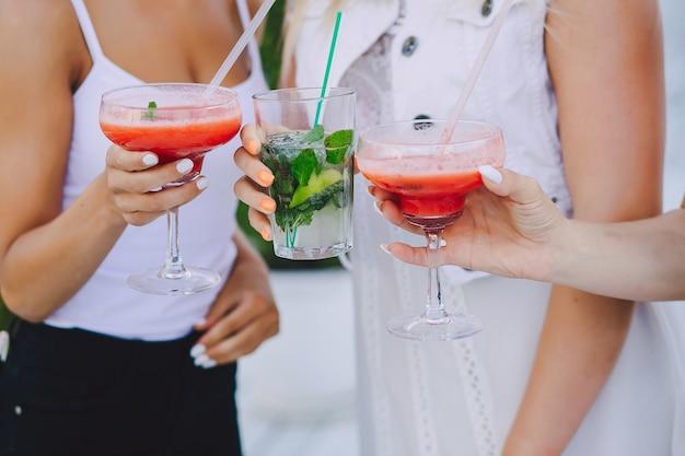 Meninas com cocktails