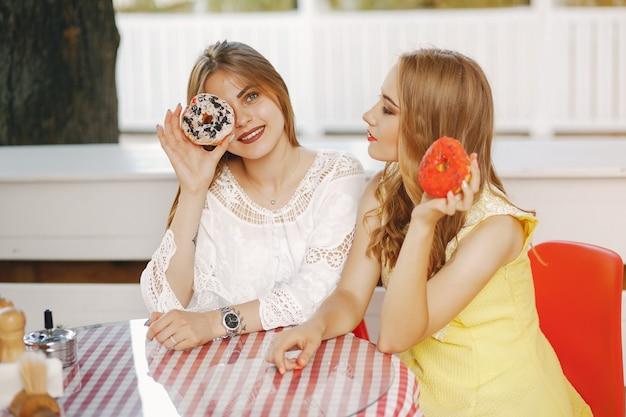 Meninas com donut