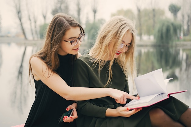 Meninas com livro