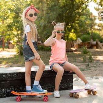 Meninas, com, óculos de sol, parque