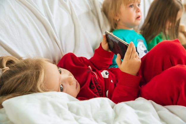 Meninas com pijamas macios e quentinhos brincando em casa
