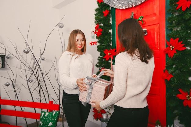 Meninas com presentes