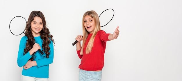 Meninas com raquetes de tênis