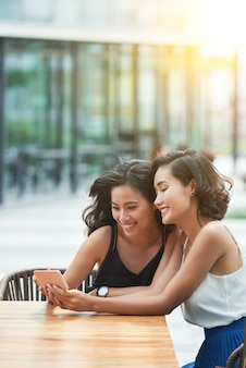 Meninas com smartphone