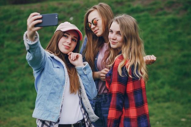 Meninas com telefone