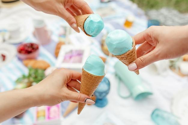 Meninas comem sorvete em um piquenique de verão
