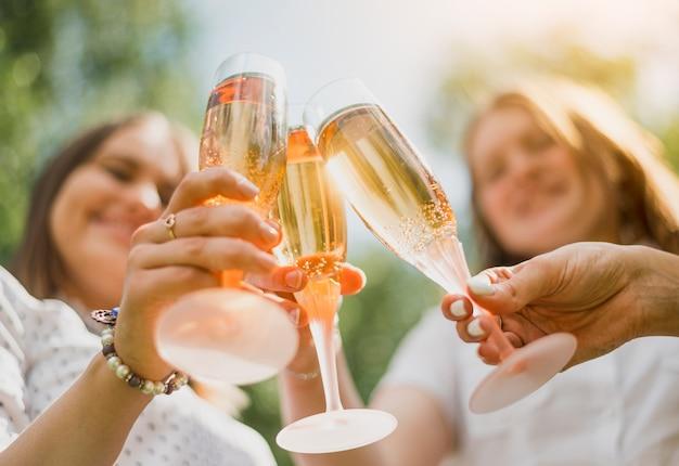 Meninas comemoram com taças de champanhe