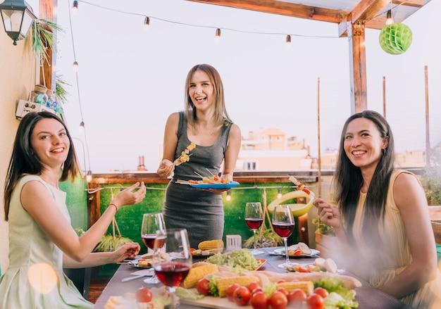 Meninas, comer, aperitivos, ligado, telhado, partido