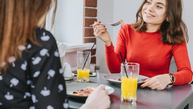 Meninas, comer, em, um, restaurante