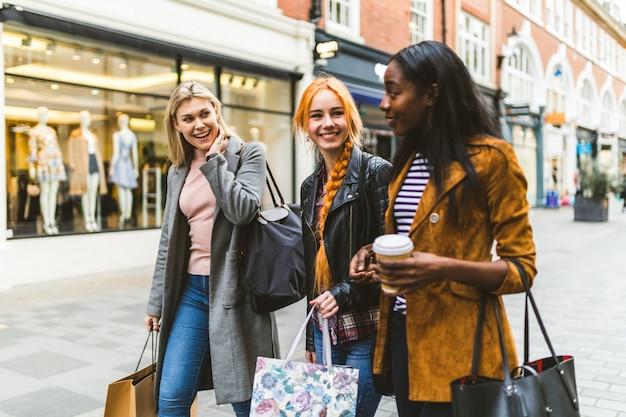 Meninas comprando e andando na cidade