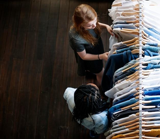 Meninas comprando roupas