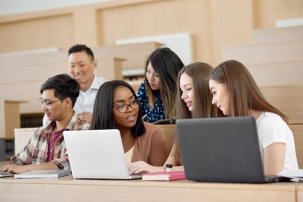 Meninas concentradas coworking para projeto científico.