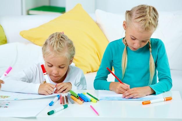 Meninas criativas de desenho