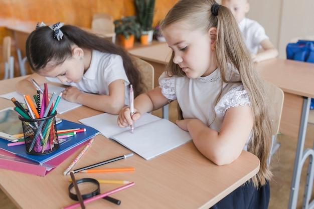 Meninas, cumprindo, exercício, em, caderno