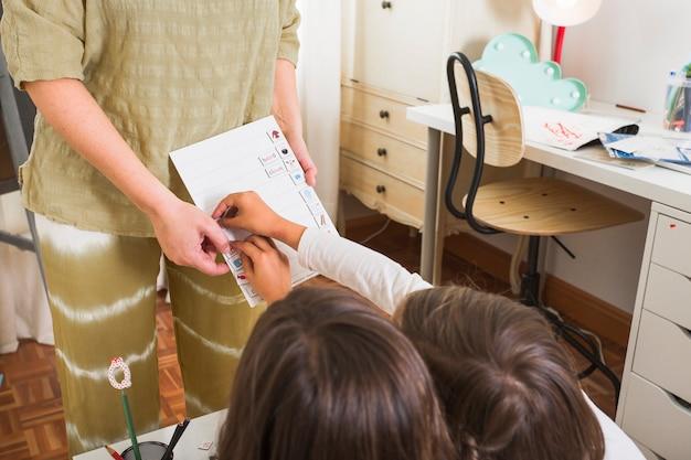 Meninas cumprindo tarefa de mãe