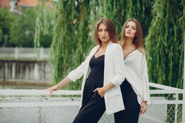 Meninas da moda em um parque