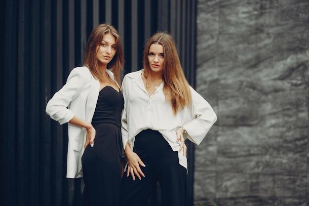 Meninas da moda em uma cidade
