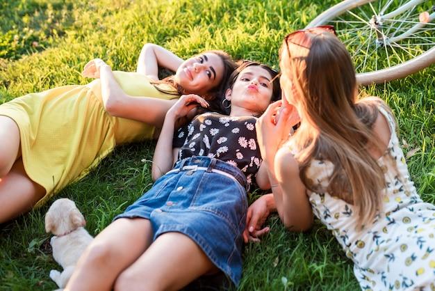 Meninas de alto ângulo posando na grama