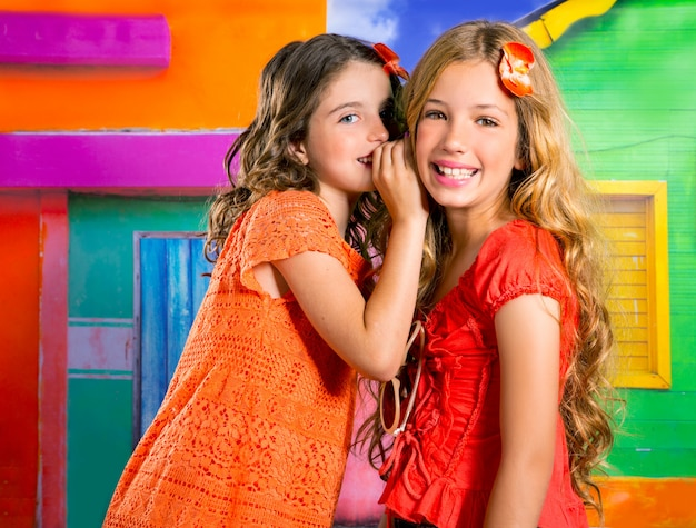 Meninas de amigos de crianças em férias na casa colorida tropical
