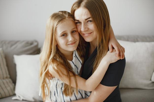 Meninas de cabelos compridos. mãe feliz com a filha. filha abraçando a mãe