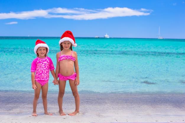 Meninas de chapéu de papai noel durante as férias de verão