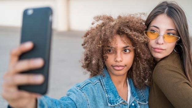 Meninas de close-up tomando selfie