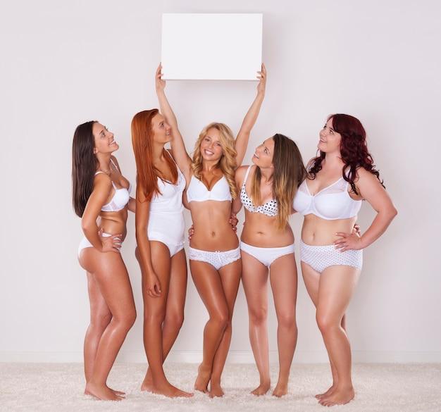 Meninas de cueca espiando no quadro branco
