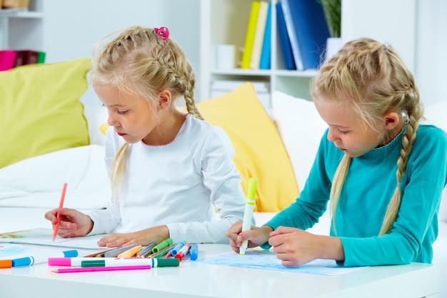 Meninas de desenho em seus cadernos
