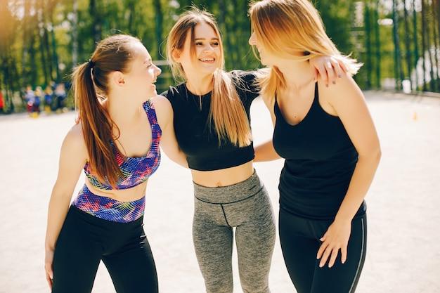 Meninas de esportes em um parque