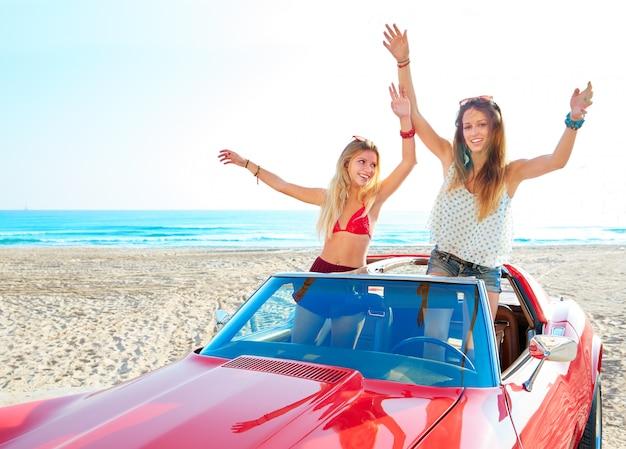 Meninas de festa linda amiga dançando em um carro na praia