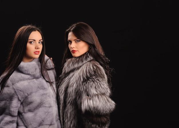 Meninas de modelo de moda beleza com casaco de pele de vison azul. mulheres bonitas de luxo de inverno