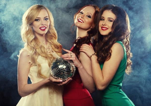 Meninas de partido com esfera do disco