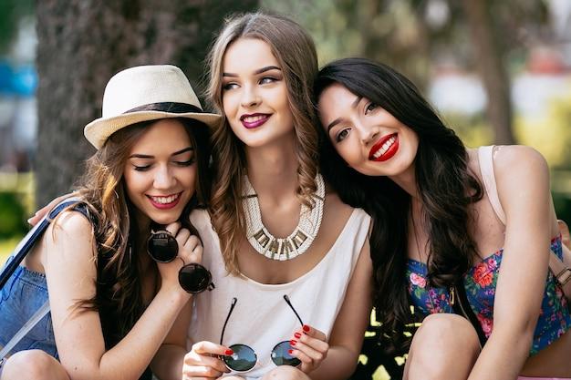 Meninas de sorriso no parque