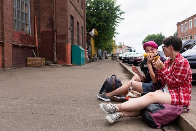 Meninas de tiro completo comendo juntos