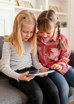 Meninas de tiro médio com tablet
