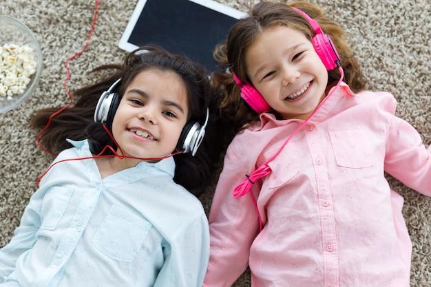 Meninas deitado e ouvir música