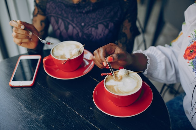 Meninas descansar no café