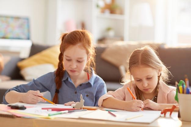 Meninas desenhando na luz solar