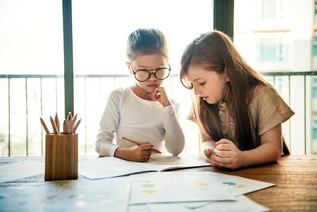 Meninas desenhando
